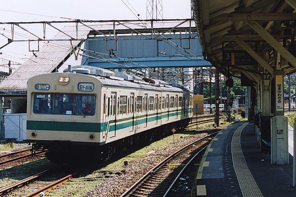 鶴見線・浜川崎駅ホーム横を通過...